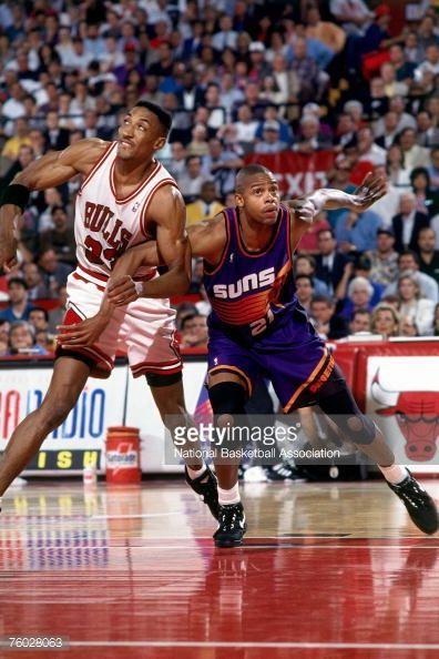 Fotografia de notícias : Scottie Pippen of the Chicago Bulls battles for...