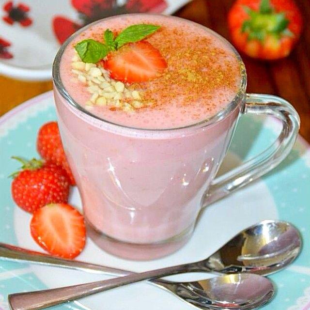 Mousse de morango ️  usei️ 1copo de gelatina pronta sabor morango ️3 morangos ️1 colher de iogurte grego ️coloque tudo no liqüidificador e bata bem ou bata com mix e estar pronto por cima tem canela+ castanha triturada