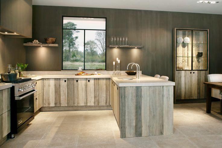 Handgemaakte keukens bieden enorme mogelijkheden op het gebied van maatwerk. Afmetingen, kleurcombinaties en zelfs houtstructuur worden op maat gemaakt.