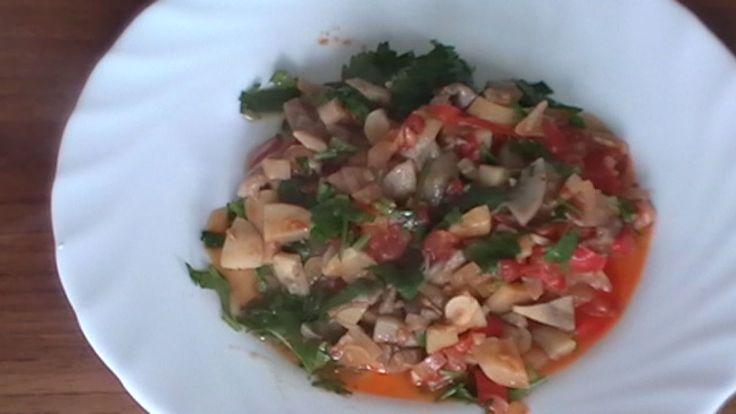 Tocanita de ciuperci este un preparat extrem de gustos dar plin de proteine, minerale si vitamine. Se pregateste usor si rapid, poate fi servita ca garnitura, dar si ca fel principal (de post sau pentru vegetarieni) si combina gustul dulceag de ceapa si ciuperci, cu aroma proaspata a usturoiului. Detalii la: http://www.reteta-video.ro/retete/tocanita-de-ciuperci.html