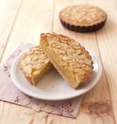 Très souvent présentes dans les rayons des boulangeries parisiennes, les tartelettes amandines sont très faciles à faire. Vous pouvez parfumer la crème d'amande avec un peu de rhum ou d'amandes amères.