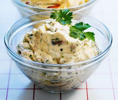 Ett smakrikt recept på härlig sill med pepparrot. Du gör pepparrotssillen av bland annat sill, crème fraiche, pepparrot, dill och citron. Perfekt att servera vid midsommar.