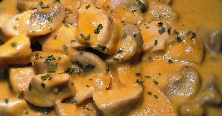 Fabulosa receta para Pollo en salsa Strogonoff. Videoreceta: https://www.youtube.com/watch?v=CgAKCjcL7iw  Pollo en salsa Strogonoff,la salsa strogonoff se realiza con carne y en su versión más clásica con pollo. La salsa strogonoff con cualquier carne tiene un sabor delicioso, es un plato fácil de realizar y con un resultado delicioso.