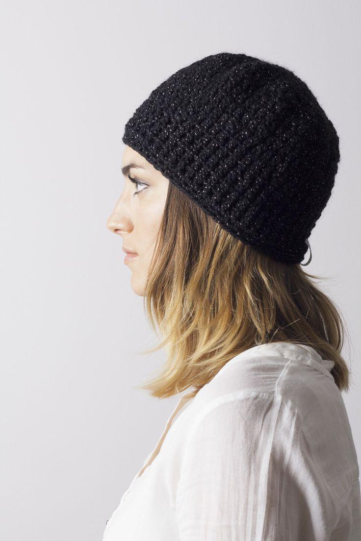 Gorro G-20 negro brillo de 100% lana mezclado con hilo metálico brillo. Hecho a mano en España. Descubre más en nuestra tienda online! www.decamino.info
