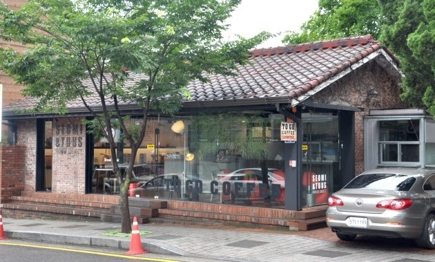 to go coffee @samcheong, another wooden truss