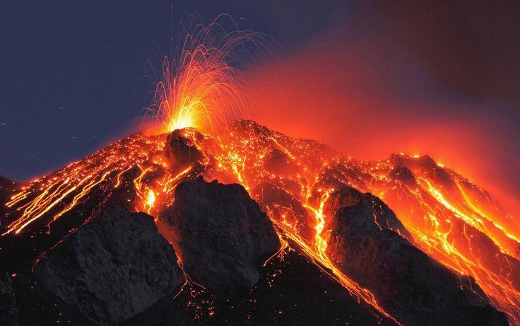 A Stromboli a Tirrén-tengerben található vulkáni eredetű Lipari-szigetek nevű szigetcsoport legészakabbra lévő tagja. A Lipari-szigetcsoport tagjai a Lipari, Vulcano, Salina, Vulcano, Panarea, Filicidi és Alicudi szigetek, melyek közigazgatásilag Szicilia szigetéhez tartoznak.   #kaldera #Olaszország #Stromboli #túra #vulkán