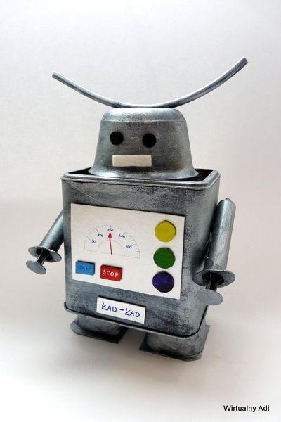 Przeglądając moje domowe archiwum zdjęć natknąłem się na zdjęcia robota, którego wykonałem 3 lub 4 lata temu na zajęcia plastyczne. Pamiętam, że chętne osoby mogły zrobić robota z tzw śmieci (niepotrzebnych już rzeczy, pustych opakowań itd.).