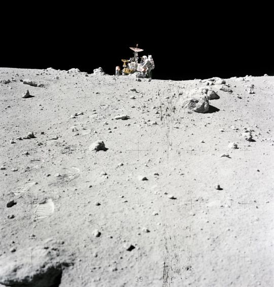 El astronauta Charles Duke transportando rocas al rover lunar. Misión Apolo 16, en las cercanías del cráter North Ray, 23 de abril de 1972