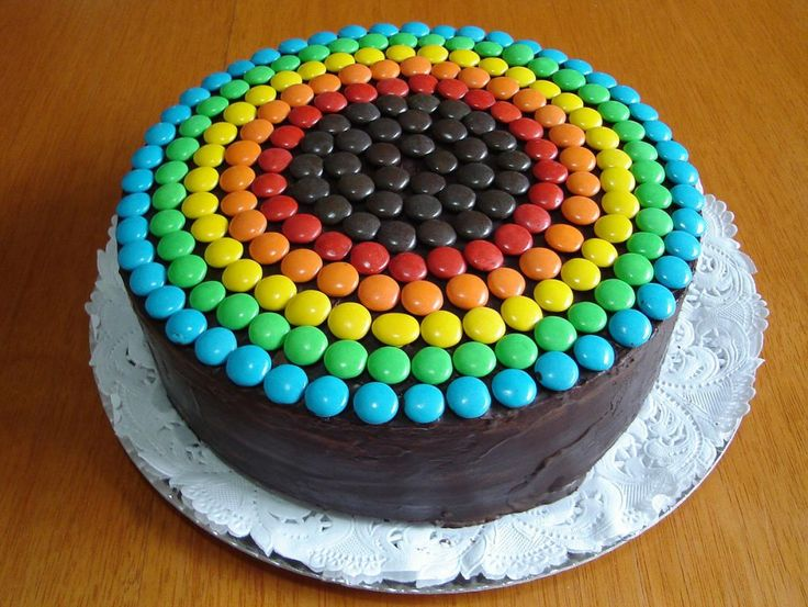 torta multicapas de chocolate rellena de ganache de chocolate con dulce de leche y crema y