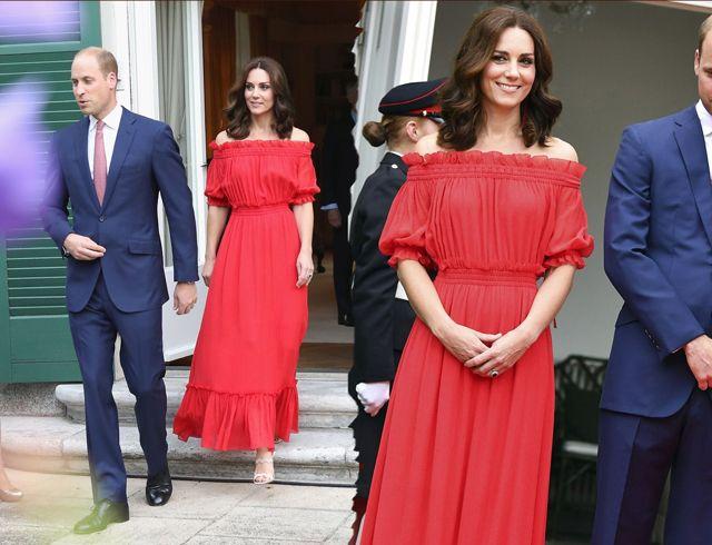 Ducesa de Cambridge, look sexy intr-o rochie rosie vaporoasa lasata pe umeri! - http://www.stilulmeu.com/ducesa-de-cambridge-sare-intr-o-rochie-rosie-lasata-pe-umeri/