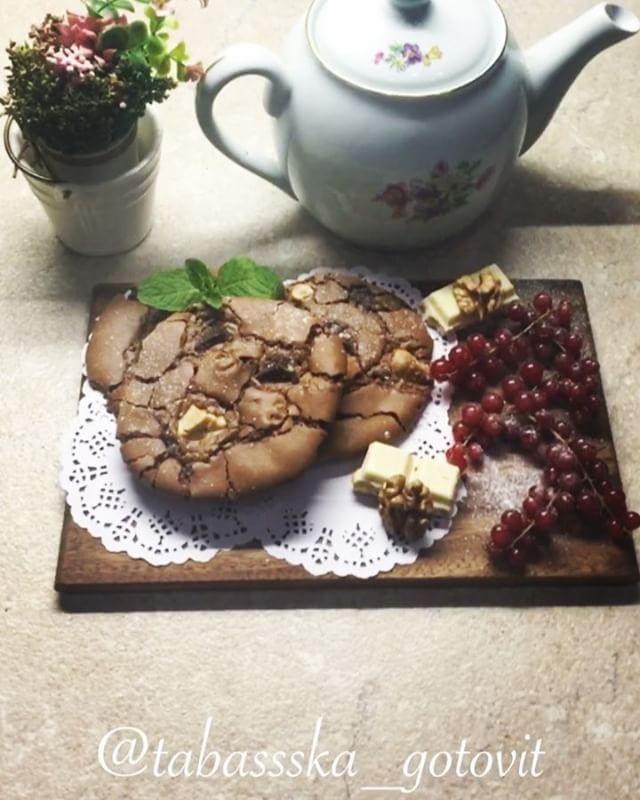 #кулинария___all4mammy . Печенье «Три шоколада» по рецепту Кати @tabassska_gotovit 🌷 . ИНГРЕДИЕНТЫ мука 90 г сахар 150 г масло сливочное 50 г шоколад молочный 200 г шоколад горький 100 г шоколад белый 100 г яйца куриные 2 шт. сода 1/2 ч.л. Пекан. (Можно взять любые орехи) 70 г. . ПРОЦЕСС ПРИГОТОВЛЕНИЯ 1.🍪Хочу поделиться рецептом не только вкусного, но и очень красивого хрустящего печенья с пеканом и тремя видами шоколада. Такое печенье легко приготовить, оно неизменно получается с…