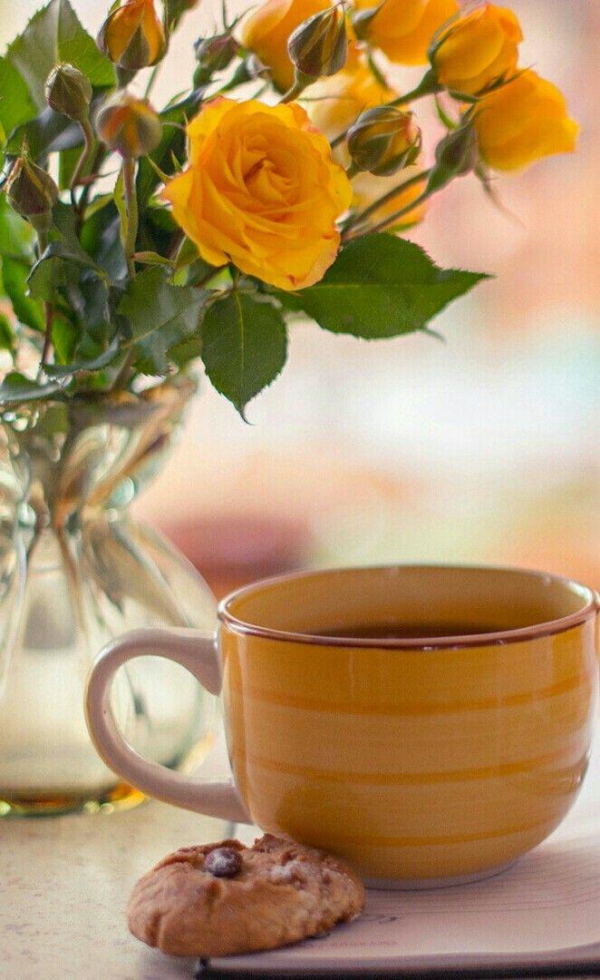 Пирожное, открытка с цветами и кофе