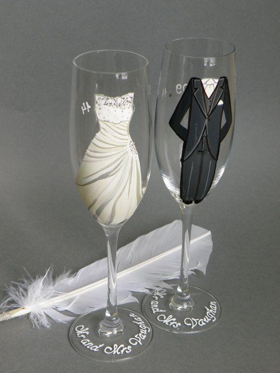 Dit zijn 2 prachtig hand geschilderd champagne fluiten - trouwjurk en Suite. Grootte 25 cl, kristalglas uit Italië. Premiumkwaliteit. Set van 2 stukken.  Dit kunnen perfecte bruiloft proosten fluiten of cadeau op de trouwdag. Een fluit voor dame een andere voor de mens.  Elke fluit is een klein kunstwerk, met liefde voor u gemaakt. Ze kunnen worden aangepast - ik kan ze maken met uw haarkleuren en kleding.  Bril zal worden gepersonaliseerd met uw namen en de trouwdatum. Stuur mij bericht…