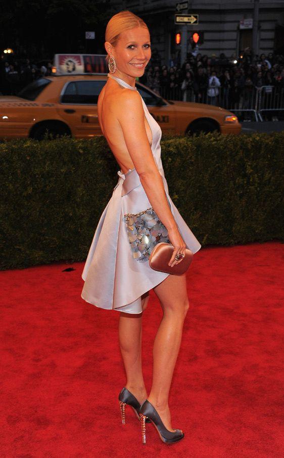 Impresionante llegada de Gwyneth Paltrow a la Gala con un vestido corto de suave color lavanda con apliques metálicos en los bolsillos, de Prada.
