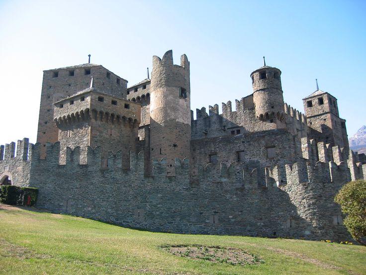 Valle d'Aosta -Castello di Fènis, uno dei più famosi manieri medievali della Valle d'Aosta. Noto per la sua scenografica architettura, con la doppia cinta muraria merlata che racchiude l'edificio centrale e le numerose torri, il castello è una delle maggiori attrazioni turistiche della Valle.