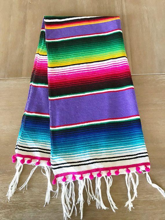Chemin de table des mexicaine Serape, super mignon pour votre prochaine Fiesta ! Couverture du Sud-Ouest. La main au Mexique.  Dimensions: 19 x 44» long.  Sil vous plaît noter : chaque serape a différentes combinaisons de couleurs, donc les pompons de couleur ajouter sont fonction de la couleur qui correspond le plus. Nhésitez pas à me le faire savoir si vous aimez seulement une certaine couleur.  Lavage à la main et coup sec.