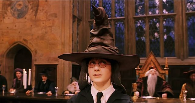 Escena De Harry Potter Y La Piedra Filosofal Harry Potter Fan Theories Harry Potter Sorting Harry Potter Sorting Hat