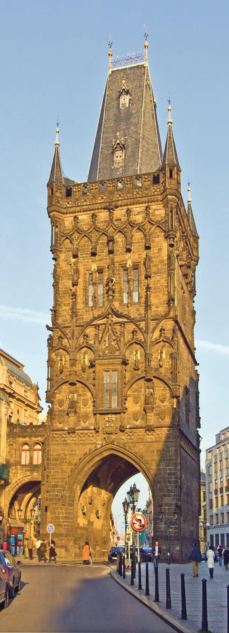 Torre delle Polveri - Risale al 1475 ed è uno dei più importanti monumenti tardo gotici di Praga. È il monumentale accesso alla Città Vecchia, attraverso il quale passava il corteo dell'incoronazione dei re boemi. La Torre delle Polveri, che un tempo veniva utilizzata come deposito della polvere da sparo, è considerata ancora oggi l'inizio della Via dell'Incoronazione o della Via Reale, che conduce al Castello di Praga. Il ballatoio panoramico si trova ad un'altezza di 44 metri.