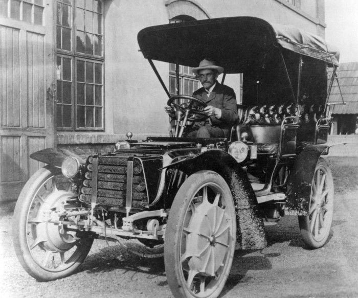Lohner–Porsche Mixte (1903–1915) - гибрид с электроприводом на передние колеса и системой рекуперации энергии. Автомобиль который опередил свое время. Не смотря на то что в пересчете на современные деньги его цена составляла от $80,000 до $200,000 (14,400 до 34,028 Австрийских крон) — его производство было убыточным.  На фото Фердинанд Порше за рулем Lohner–Porsche Mixte 1903 года.