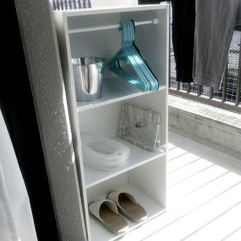 カラーボックスを洗濯用品の棚として、上段にはつっぱり棒を取り付けてより便利に。ハンガーもすっきり収納でき、日々の家事もしやすくなって嬉しくなります♪