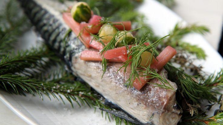 Makrell og rabarbra smaker sommer. Lise Finckenhagen sylter rabarbra og serverer den til middagen. Makrellen blir røykt i grillen.