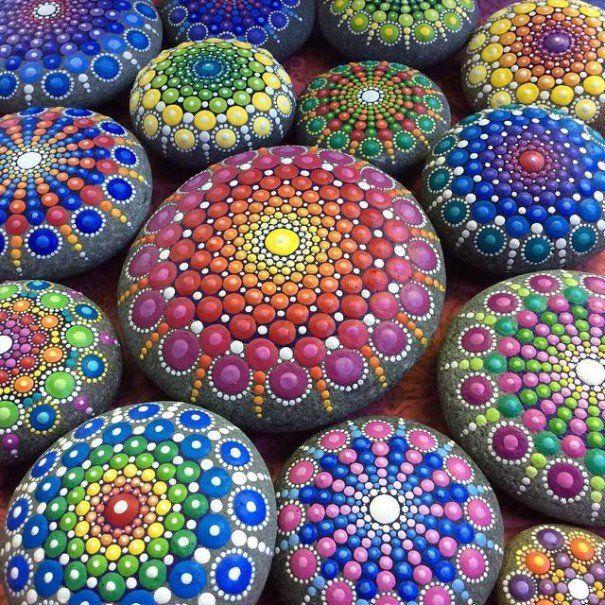 Deze vrouw beschilderd allerlei stenen met kleine puntjes om zo de mooiste Mandala's te maken!