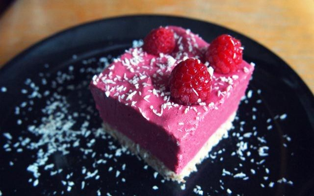 Rohköstlicher Himbeer-Kokos-Cheesecake