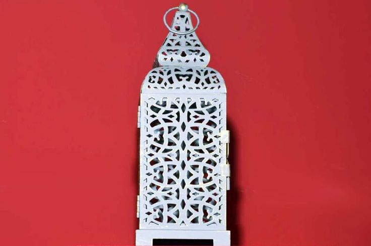 Farol marroqui gris calado  Los faroles marroquís dan un aire romántico y exótico a cualquier rincón. Ideal para poner en la mesa de la terraza con una velita de citronella para mantener lejos a los mosquitos, pero con estilo ;)
