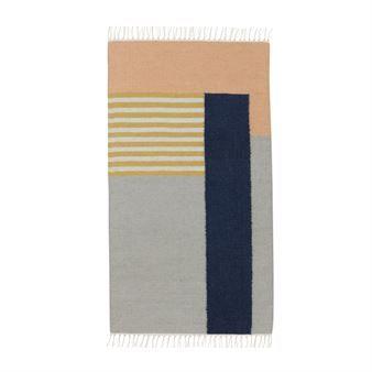 Vernieuw uw huis met het grafische Kelim tapijt van het Deense Ferm Living. Het tapijt is gemaakt van wol en katoen en heeft een stijlvol patroon met gemixte kleuren. Plaats het tapijt in de hal of waarom hangt u het niet op aan de muur als leuk detail