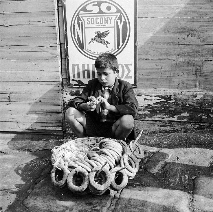 Evans, περ. 1947, Θεσσαλονίκη, νεαρός κουλουρτζής μετράει τις εισπράξεις της ημέρα