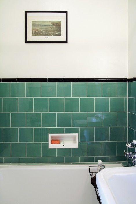 Tjugotalsbadrum med grönt kakel och inbyggt badkar.