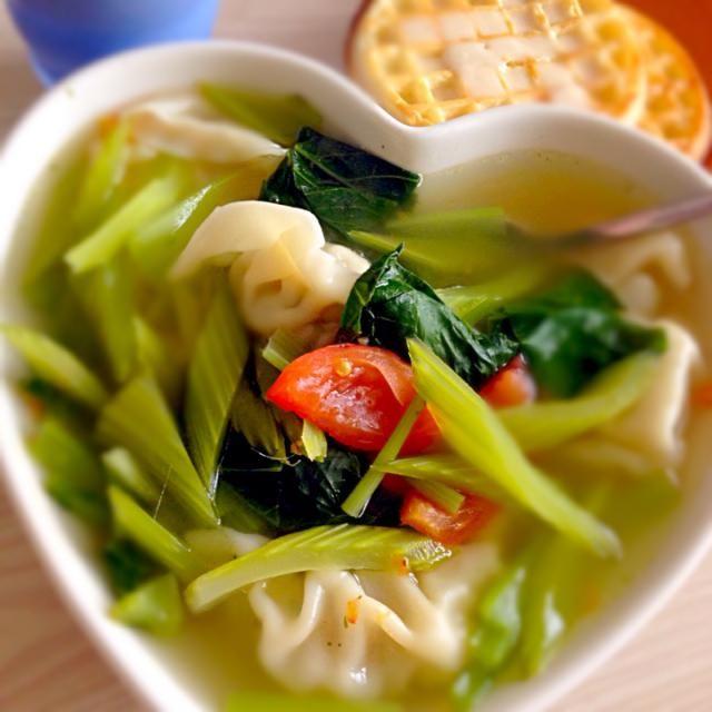 休みの昼ごはんは、のんびりと。 野菜たっぷりの水餃子スープ、あーんどハニーバターつけワッフル♪  読書三昧の合間の幸せご飯(^з^)-☆ - 8件のもぐもぐ - 水餃子野菜スープとワッフル by Ree23