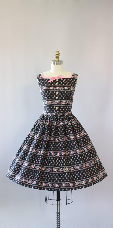 Vintage 50 s Betty Barclay zwarte katoenen jurk met roze en groene bloemenprint. Schattige kleine roze strik op de hals. Bijpassende riem. Toetsen omhoog in de voorzijde en metalen rits kant. Crinoline gedragen onder rok in fotos voor toegevoegde volheid. Goede vintage toestand-er zijn enkele vage merken op de Roze boordje aan de voorkant van de hals, niet ook merkbaar!  Dit stuk is schoongemaakt en is klaar om te dragen!  Label Betty Barclay Katoen stof Geschatte omvang S Label grootte…