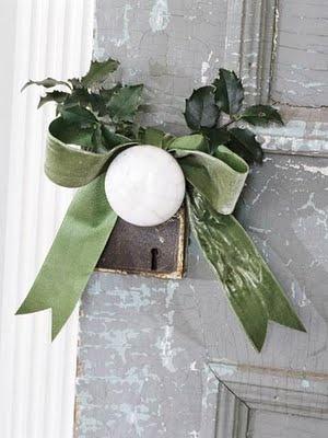 Ruban de houx autour des poignées de portes à Noël !