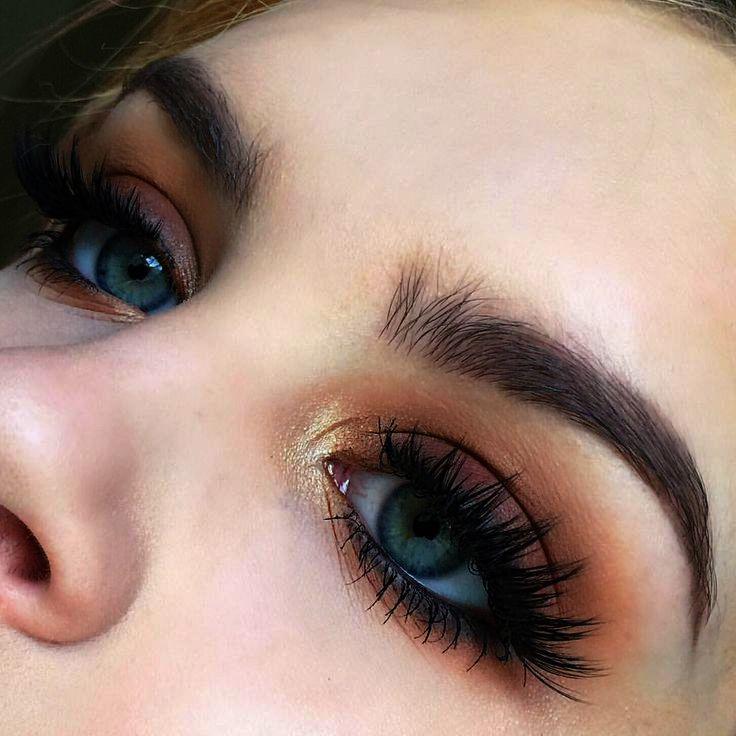 Makeup Monthly Boxen neben der Natural Eye Makeup Palette um Makeup Looks per M …   – Make UP