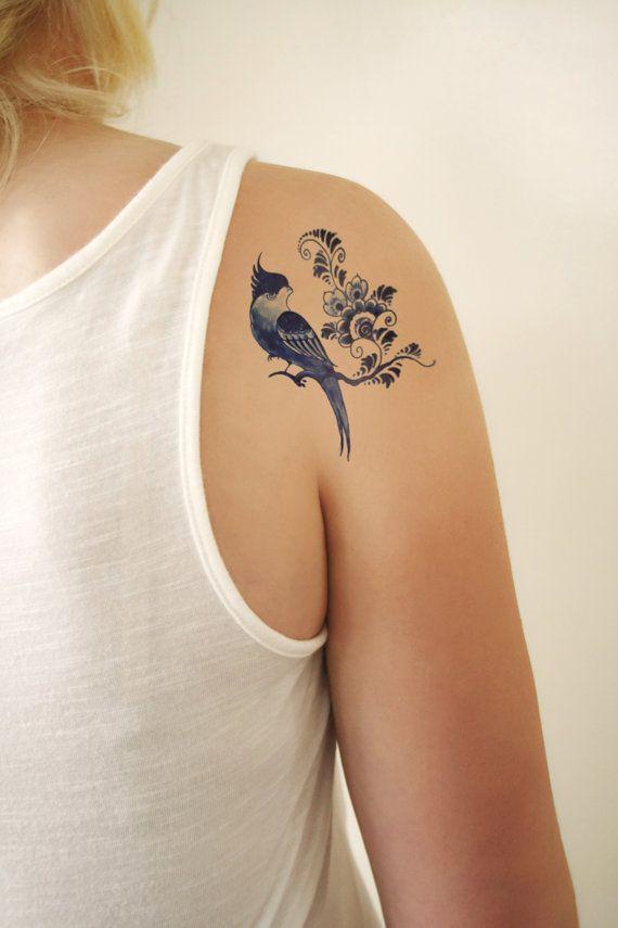 Diese sehr alte Vogel-Tätowierung mit Blumen erfolgt im Stil berühmten niederländischen Delfts Blauw. Ich liebe diesen Stil, und ich denke, es ist