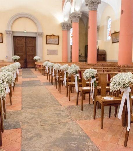 Création Au delà d'une fleur pour un mariage tout en douceur avec des bouquets de gypsophile très aérien accroché aux bouts de bancs Décoration église - Décoration de blancs - Gypsophile fleuriste lyon