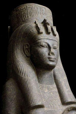 La statue de la reine Tiyi trouvée dans le temple de Mout à Karnak.