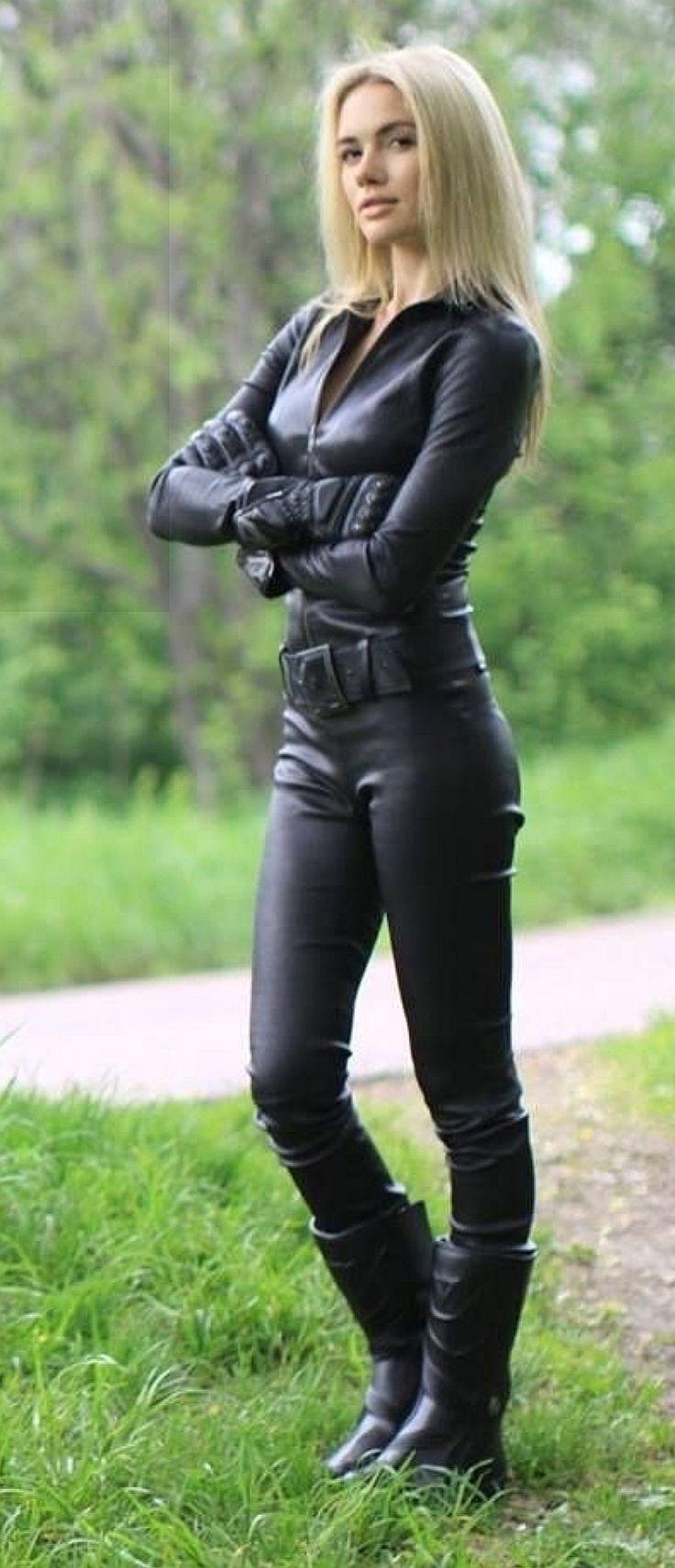 Selbstbewusst in ihrem schwarzen Leder-Catsuit mit Gürtel # laurethdysiac   – S…