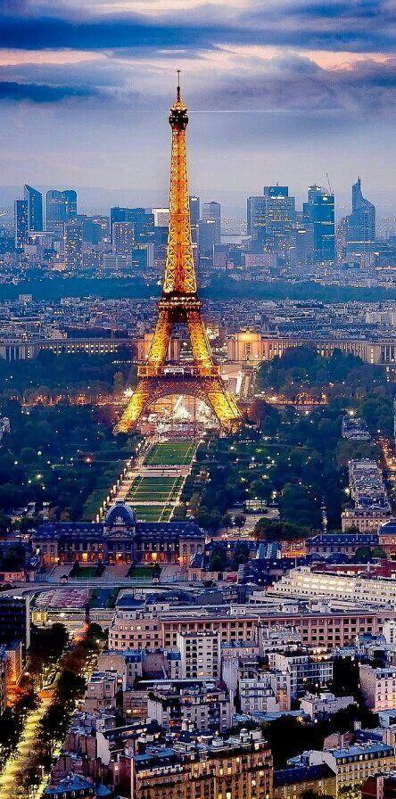 Champ de Mars, la Tour Eiffel, et le quartier d'affaires de La Défense