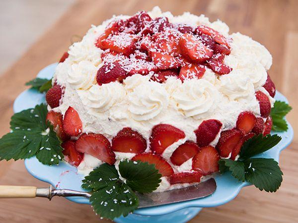 Maräng- och daimtårta med limemarinerade jordgubbar