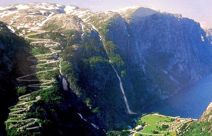 Dziesiątki ciasnych agrafek, częste mijanki, stromy tunel z ostrym zakrętem wewnątrz oraz niesamowite widoki na surowe norweskie fiordy. Oto droga Lysebotnvegen, jedna z najtrudniejszych w Europie tras motocyklowych.