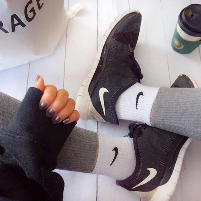 👟 ・ ・ 子供たちが順番に風邪引いて 今週の予定全部変更してもらいまくり😣💦⤵︎ ・ ・ 今日めっちゃ寒いし 👨🏻の下のヒートテックお借りしてw 2枚履きしてるよ😂 靴は👨🏻の両親とお揃い(笑) 買ってきてくれたから履いてるけど ランニング用かな〜❓ でも軽くて楽だから履いちゃう☝️✨ ・ ・ ・ みさきちゃん( @simichaaan )が まわしてくれた#ブラックコーデ バトン 遅くなっちゃってごめんね🙏💦 ・ ・ #足元クラブ#足元倶楽部 #ナイキ#スニーカー#リブレギンス#ママ#ママコーデ#ママファッション#ミラーレス#ミラーネイル#セルフ#セルフネイル#一眼レフ#カメラ女子#お洒落さんと繋がりたい