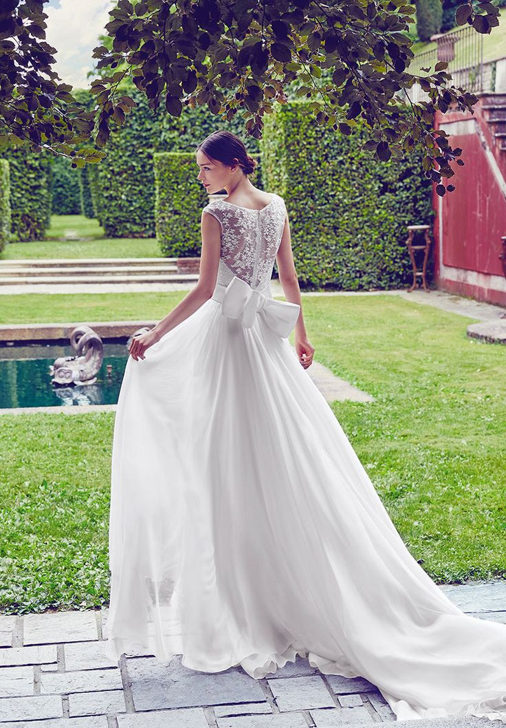 Wonderful wedding dress with big bow, back in lace and Train of Giuseppe Papini