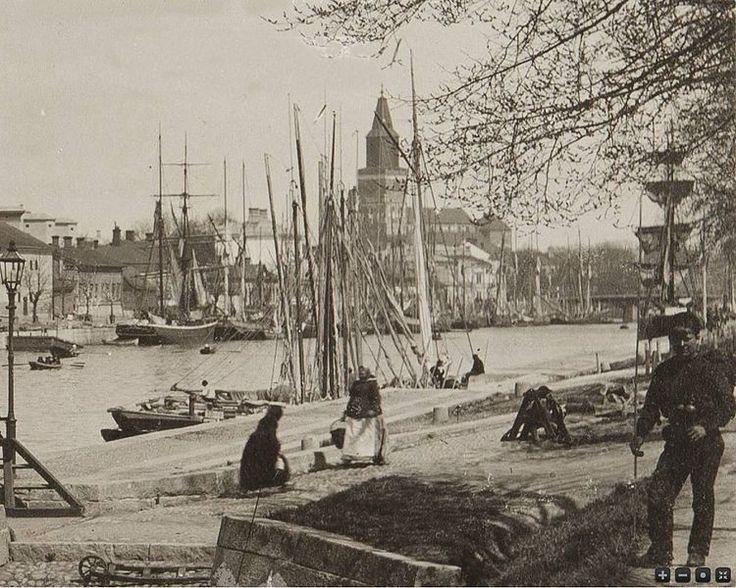 Aurajoki, taustalla näkyy Turun tuomiokirkko vuosien 1900 ja 1910 välisenä aikana - Tekijä: tuntematon / WIkimedia Commons