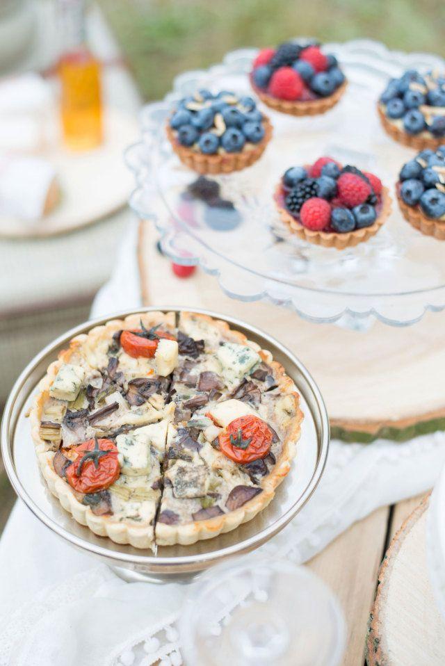 Alternatief om over na te denken: de quiche #bruidstaart #bruiloft #trouwen #inspiratie #wedding #cake #pie Styled Shoot Journey of Love | ThePerfectWedding.nl | Fotografie: Blik en Bloos Fotografie | Taart en tapas: ArtichauD