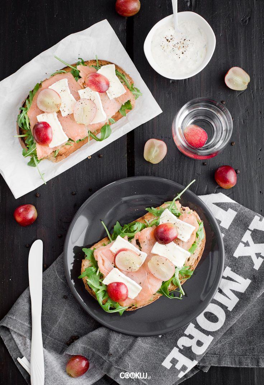 Kanapki z wędzonym łososiem i winogronami to pyszny pomysł na śniadanie lub kolację. Wypróbuj go i ze smakiem rozpocznij lub zakończ swój dzień!