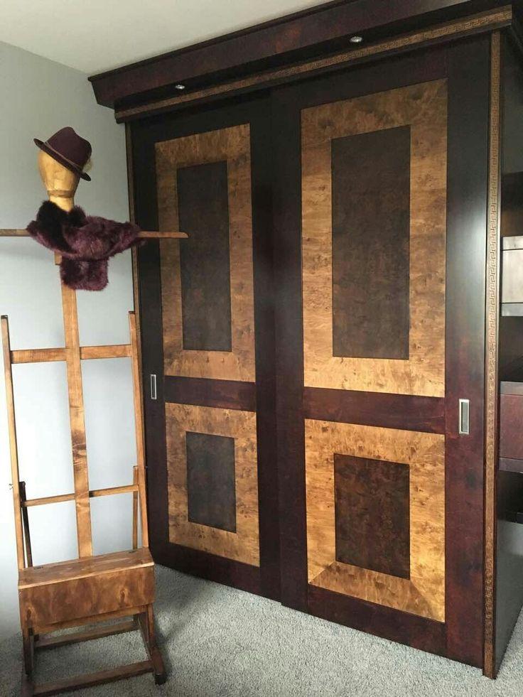 Szafa z drzwiami suwanymi  front z intarsją.