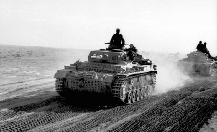 1941, Afrique du Nord, Colonne de Panzer III en ordre de marche dans le désert | by ww2gallery