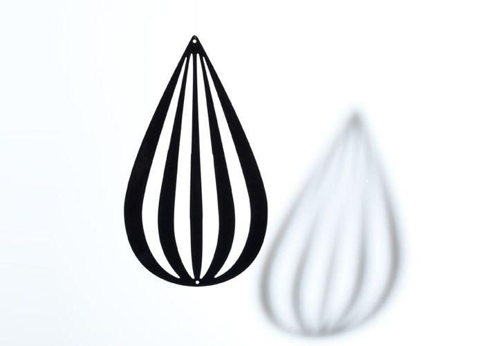 By Gabay Grafisk Ophæng Dråbe - Tinga Tango Designbutik. Interiørbutik - Interior - Children - Børn - Toys - Legetøj - Brugskunst - Design - Kunst - Webshop - Billig fragt - illustrationer - porcelæn - keramik - Black - Sort